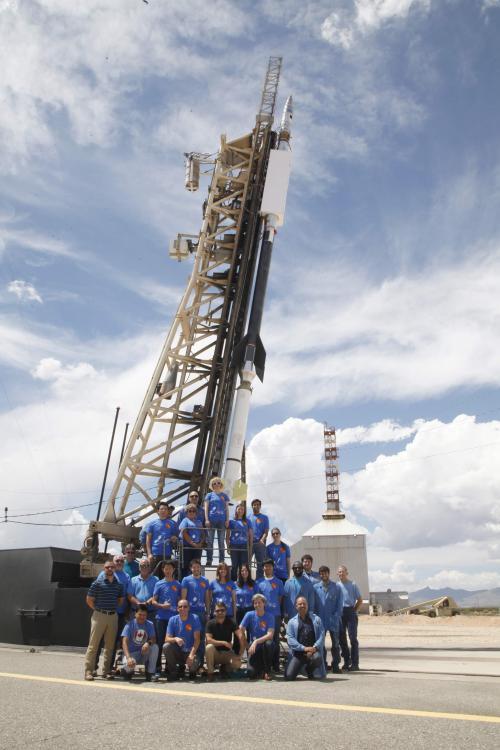 ロケットの前での集合写真.JPG